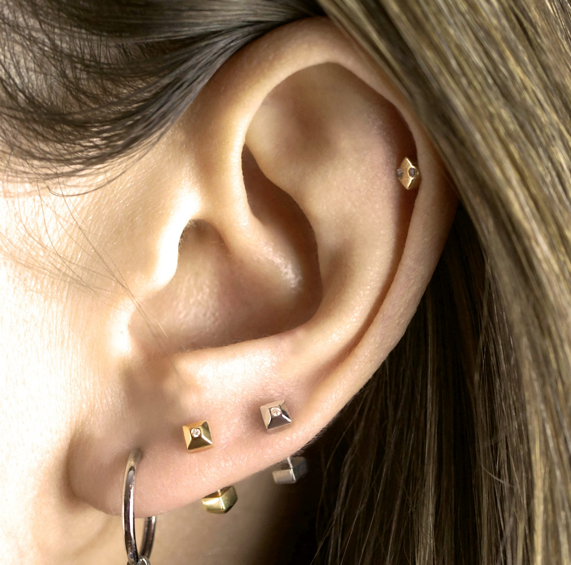 18-k-yellow-gold-daith-lobe-barbell-unisex-luxury-piercing-earring-lena-cohen